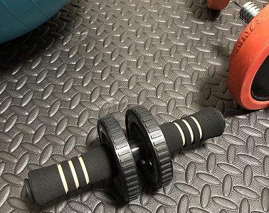 【家トレ】自宅で腹筋を鍛えるなら腹筋ローラーがおすすめ!強度の高いトレーニングです!